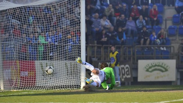 Do branky Slovácka se musel postavit dlouhán Libor Došek - a chybělo málo k tomu, aby vychytal penaltový pokus Pavla Horvátha.