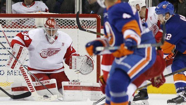 Zákrok gólmana Petra Mrázka v duelu s New Yorkem Islanders.