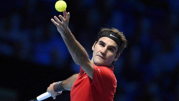 Švýcar Roger Federer v souboji s Kanaďanem Milosem Raonicem na Turnaji mistrů v Londýně.