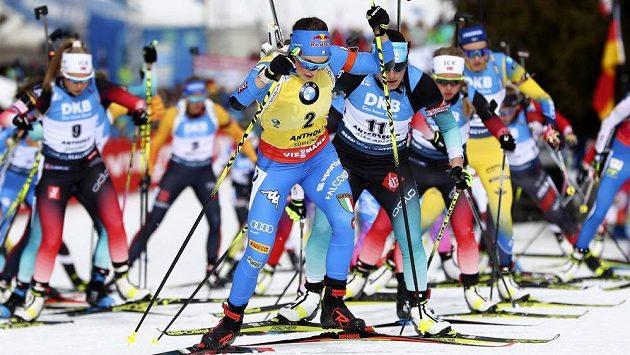 Dorothea Wiererová z Itálie na čele závodu žen s hromadným startem v rámci MS v biatlonu.