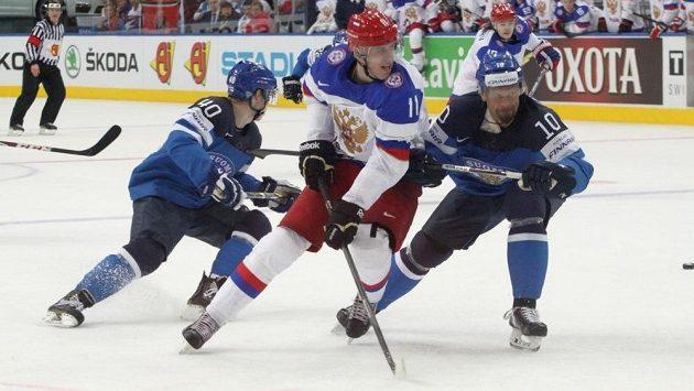Rus Jevgenij Malkin (uprostřed) na snímku s Finy Tomim Sallinenem (40) a Jerem Karalahtim (10) ve finále MS.
