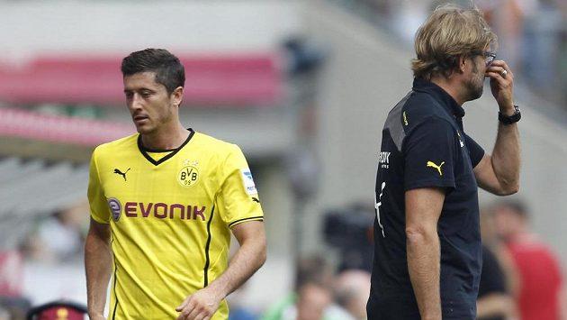 Robert Lewandowski (vlevo) prochází vedle trenéra Jürgena Kloppa.