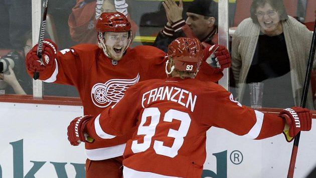 Gustav Nyquist z Detroitu (vlevo) se raduje ze svého druhého gólu proti Carolině se spoluhráčem Johenem Franzenem.