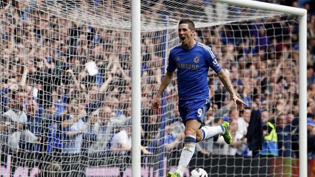 Fernando Torres oslavuje svou branku do sítě Evertonu.
