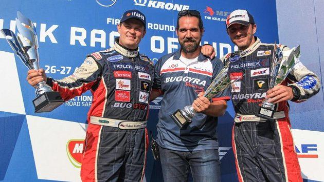 Adam Lacko (vlevo), manažer týmu Buggyra Jan Kalivoda a David Vršecký s trofejemi, které získali při závodech v Maďarsku.