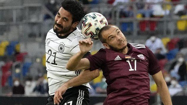 Němec Ilkay Gundogan (vlevo) během přípravného utkání Německa s Lotyšskem