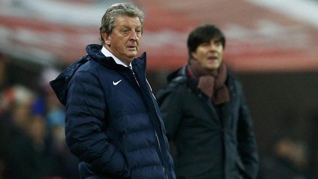 Anglický trenér Roy Hodgson (v popředí) a jeho německý protějšek Joachim Löw.