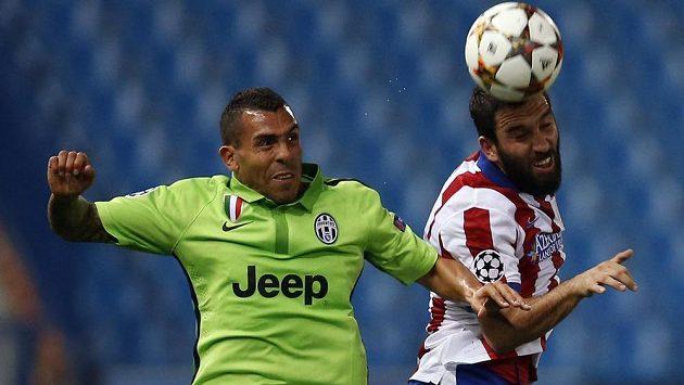Útočník Juventusu Carlos Tévez (vlevo) a Arda Turan z Atlétika Madrid v utkání Ligy mistrů.