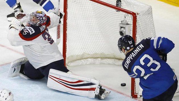 Fin Joonas Kemppainen střílí druhý gól Suomi ve čtvrtfinále mistrovství světa. Brankář USA Jimmy Howard nestihl zasáhnout.