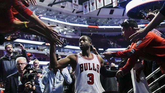 Basketbalista Dwyane Wade si plácá s fanoušky Chicaga.