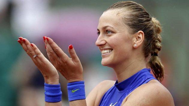 Petra Kvitová děkuje divákům za podporu po vítězném vstupu do French Open.