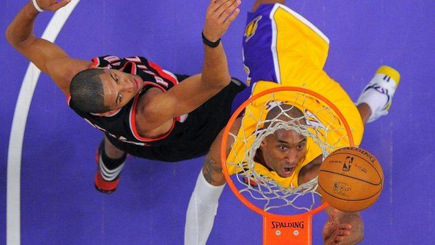Bryant skóruje během utkání svých LA Lakers s Portlandem.