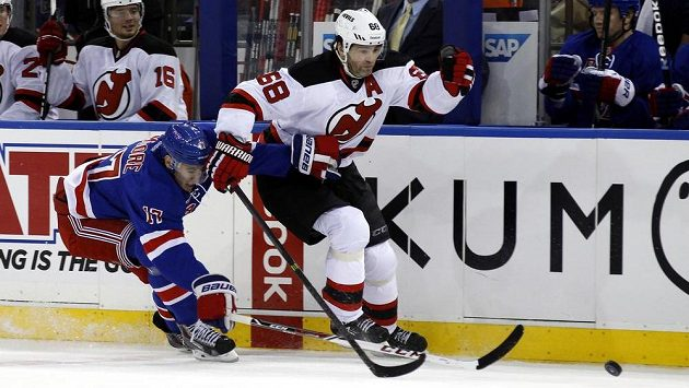 Jaromíra Jágra z New Jersey Devils (vpravo) marně stíhá obránce New York Rangers John Moore.