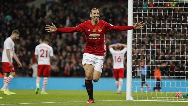 Útočník Zlatan Ibrahimovic si razí s Manchesterem United cestu Evropskou ligou.
