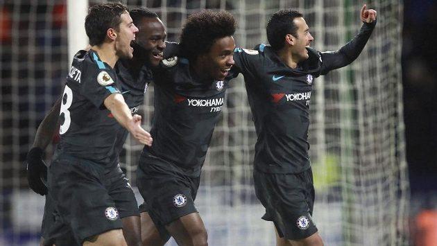 Záložník Chelsea Pedro (zcela vpravo) oslavuje se spoluhráči svůj gól do sítě Huddersfieldu.