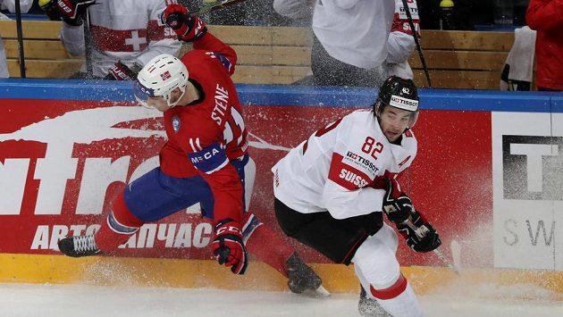 Norský útočník Andreas Stene (vlevo) a Simon Moser ze Švýcarska v zápase MS.