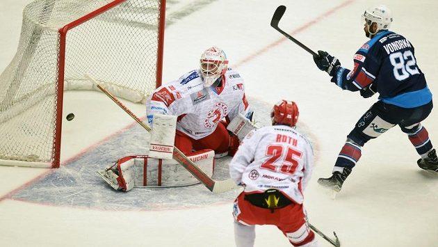 Michal Vondrka z Chomutova dává první gól, vlevo je brankář Třince Šimon Hrubec, uprostřed jeho spoluhráč Vladimír Roth.