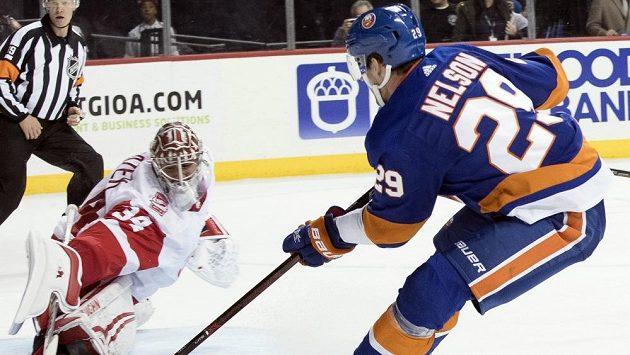 Brock Nelson z NY Islanders překonává českého brankáře Petra Mrázka v prodloužení zápasu s Detroitem.
