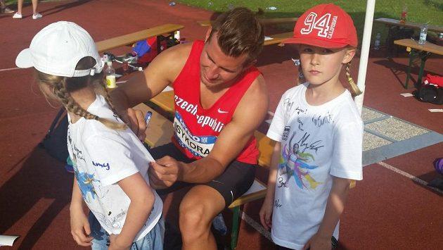 O podpis Jiřího Sýkory byl mezi malými fanoušky v Götzisu zájem.