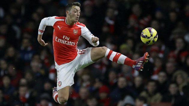 Mesut Özil z Arsenalu zpracovává míč - ilustrační foto.