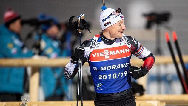 Český biatlonista Ondřej Moravec v dobré náladě během tréninku.