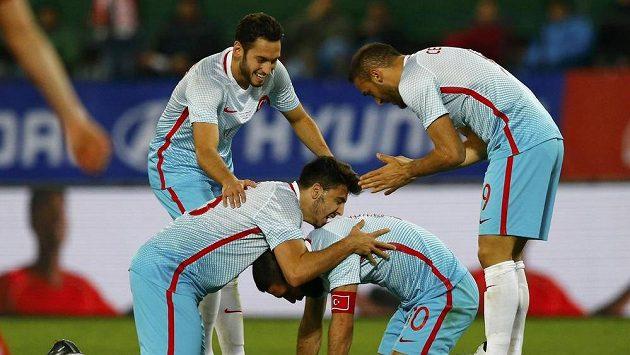 Turečtí fotbalisté se radují po vstřelené brance v zápase proti Rakousku.
