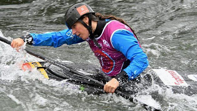 Kateřina Kudějová spěchá do cíle finále mistrovství světa v Pau.