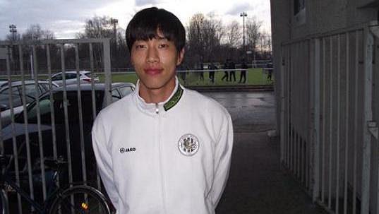 Jihokorejský fotbalista Čung Čchol-Un je na testech v Hradci Králové.