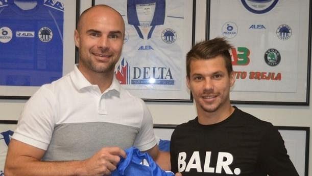 Nová posila Slovanu Liberec Jan Navrátil (vpravo) se sportovním ředitelem Janem Nezmarem.