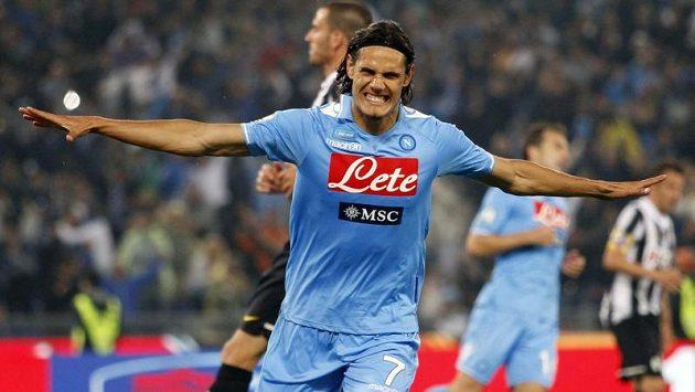 Neapolský Edinson Cavani slaví gól proti Juventusu ve finále poháru