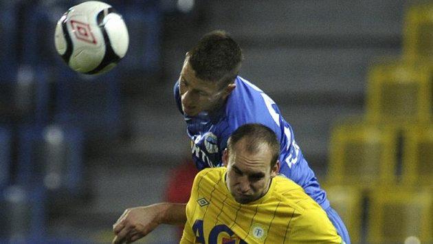 V popředí teplický hráč Petr Dolejš, za ním Jiří Fleišman z Liberce.