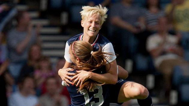 Americké fotbalistky Megan Rapinoeová a Alex Morganová se radují z branky.