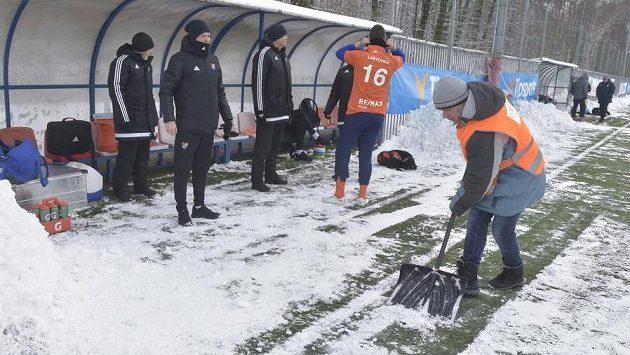 Sníh provázel Baník celou zimu. Před začátkem utkání s Prostějovem v Orlové museli pořadatelé odhrnout ze hřiště závěje.