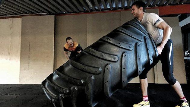 Ondřej Synek pod dohledem Olafa Tufteho obrací 280 kilogramů vážící pneumatiku.