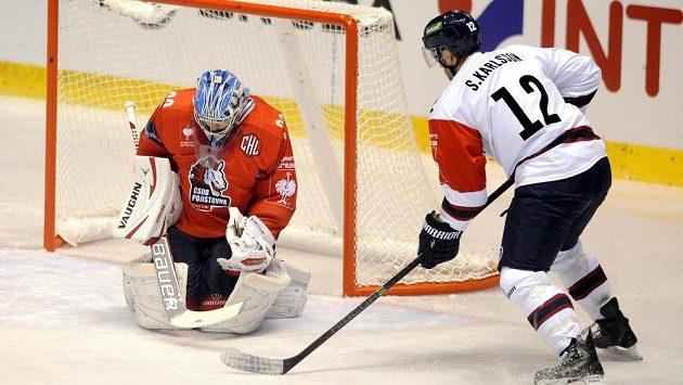 Brankář Pardubic Robert Kristan a Sebastian Karlsson z Linköpingu v utkání 3. kola skupiny F hokejové Ligy mistrů.