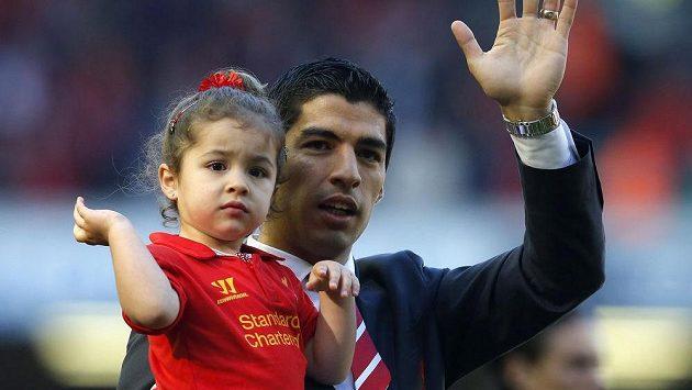 Luis Suárez mává s dcerou v náručí na rozloučenou nejen fanouškům Liverpoolu, ale celé Premier League.