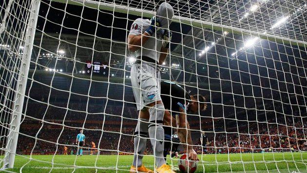 Brankář Lazia Thomas Strakosha v Istanbulu právě zavinil vlastní gól.
