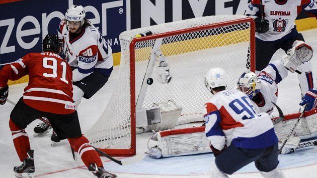 Kanaďan Steve Stamkos (vlevo) střílí gól do slovinské sítě.