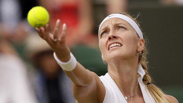 Česká tenistka Petra Kvitova servíruje v utkání proti Polce Magdě Linetteové.