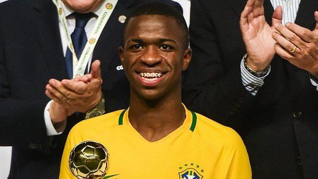 Brazilec Vinicius Junior s trofejí pro nejlepšího hráče jihoamerického šampionátu hráčů do 17 let.