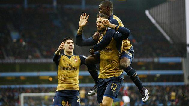 Útočník Arsenalu Olivier Giroud (12) slaví se svými spoluhráči vstřelený gól ve Villa Parku.