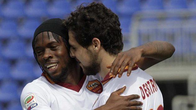 Mattia Destro (vpravo) a Gervinho z AS Řím se radují z gólu proti Cagliari.