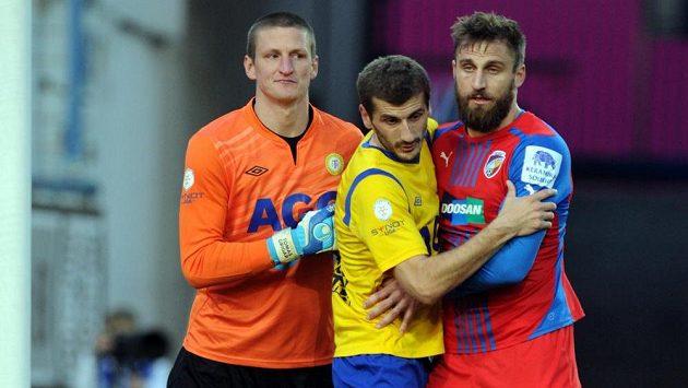 Zleva teplický brankář Tomáš Grigar, záložník Admir Ljevakovič a útočník Plzně Jan Holenda.