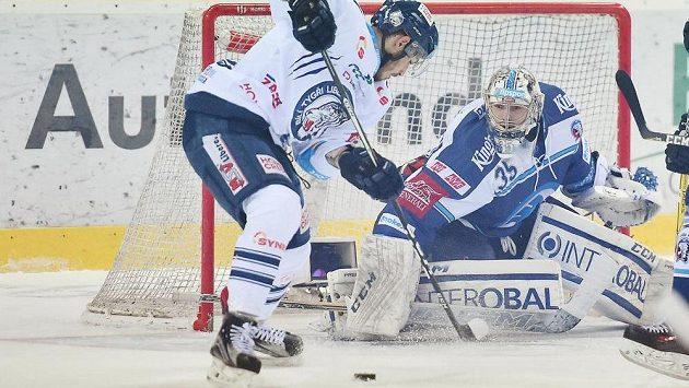 Liberecký Dominik Lakatoš s kotoučem před plzeňským brankářem Matějem Machovským během čtvrtfinále play off hokejové extraligy.