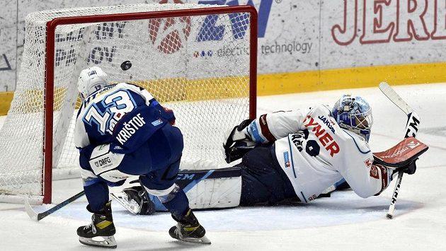 Michal Krištof z Brna dává vítězný gól, brankář Petr Kváča z Liberce už zasáhnout nestačil.