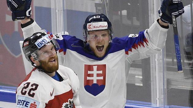 Michal Krištof ze Slovenska (vpravo) se raduje ze čtvrtého gólu. Vlevo je zklamaný Stefan Ulmer z Rakouska.