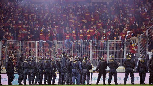 Policisté hlídají po skončení zápasu fanoušky Sparty.