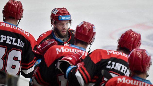 Tomáš Vincour z Hradce Králové slaví se spoluhráči gól.