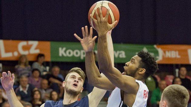 Děčínský basketbalista Richard Musel (vlevo) a Chasson Randle z Nymburka.