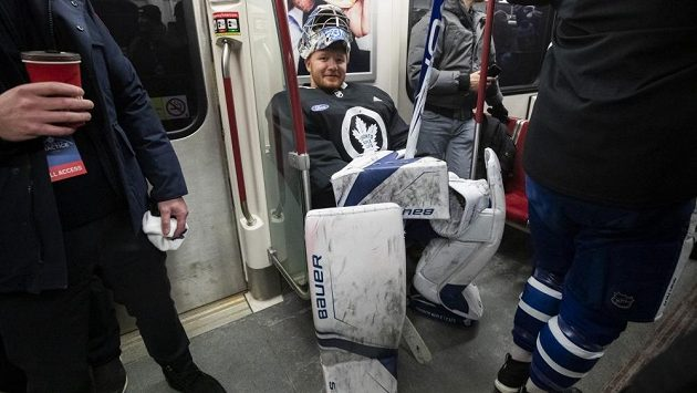 Gólman Toronta Frederik Andersen v metru navlečen do hokejové výstroje.